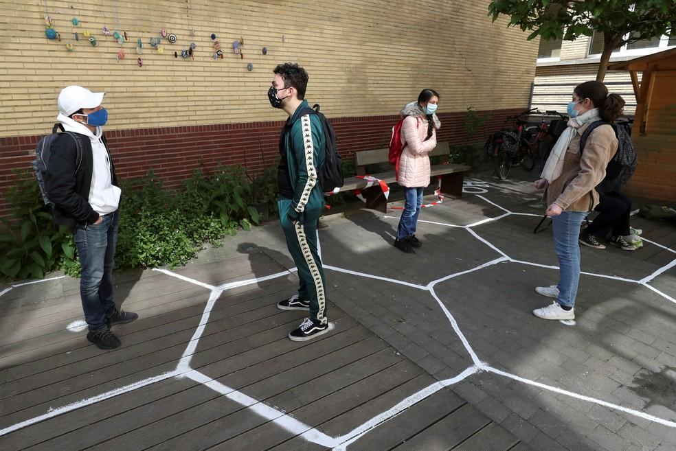 15 de maio - Estudantes conversam enquanto praticam o distanciamento social no pátio de uma escola secundária durante sua reabertura em Bruxelas, na Bélgica, durante o surto do coronavírus (COVID-19) — Foto: Yves Herman/Reuters