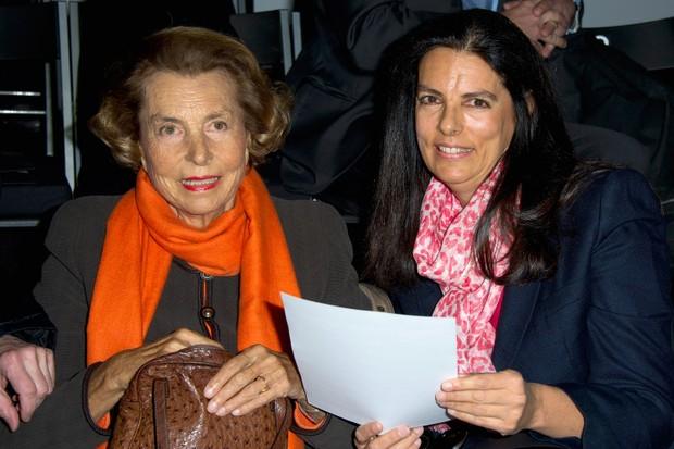 Francoise Bettencourt-Meyers (à direita) ao lado da mãe, Liliane Bettencourt, em 2012 (Foto: Getty Images)