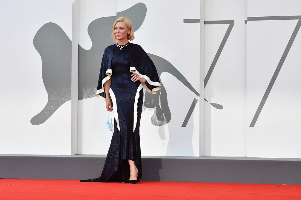 Presidente do júri do 77º Festival de Cinema de Veneza, a atriz australiana-americana Cate Blanchett posa sem máscara antes da cerimônia de abertura do evento — Foto: TIZIANA FABI / AFP