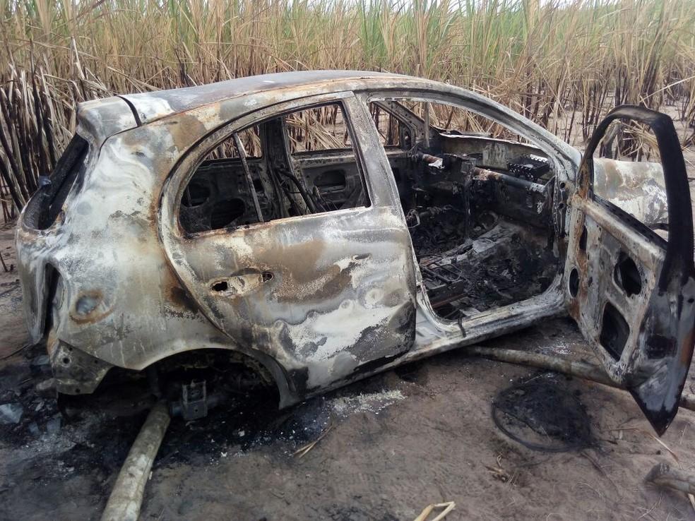 Corpo foi encontrado dentro de carro queimado em Arez, na Grande Natal — Foto: Divulgação PM