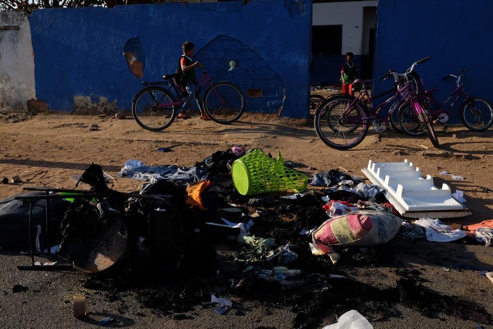 Objetos foram queimados em frente a prédio ocupado por venezuelanos (Foto: Inaê Brandão/G1 RR)