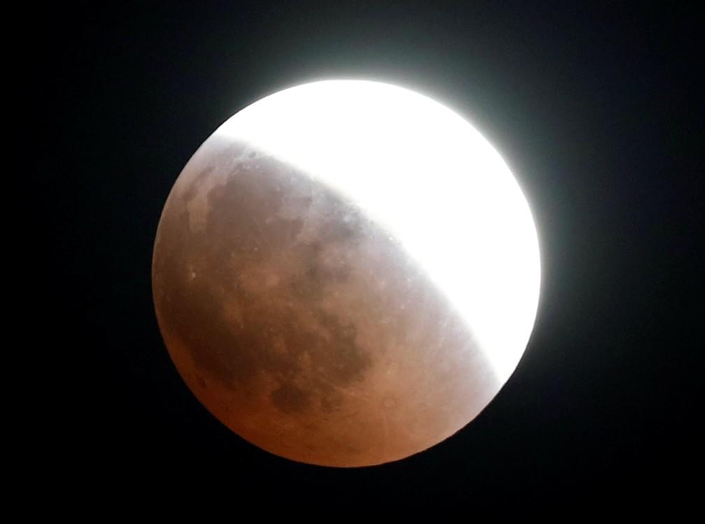 Eclipse parcial visto no céu do Cairo. (Foto: Amr Abdallah Dalsh/Reuters)