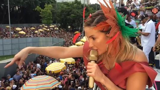 Tapume cai sobre foliões e Claudia Leitte interrompe show em bloco na Avenida 23 de Maio