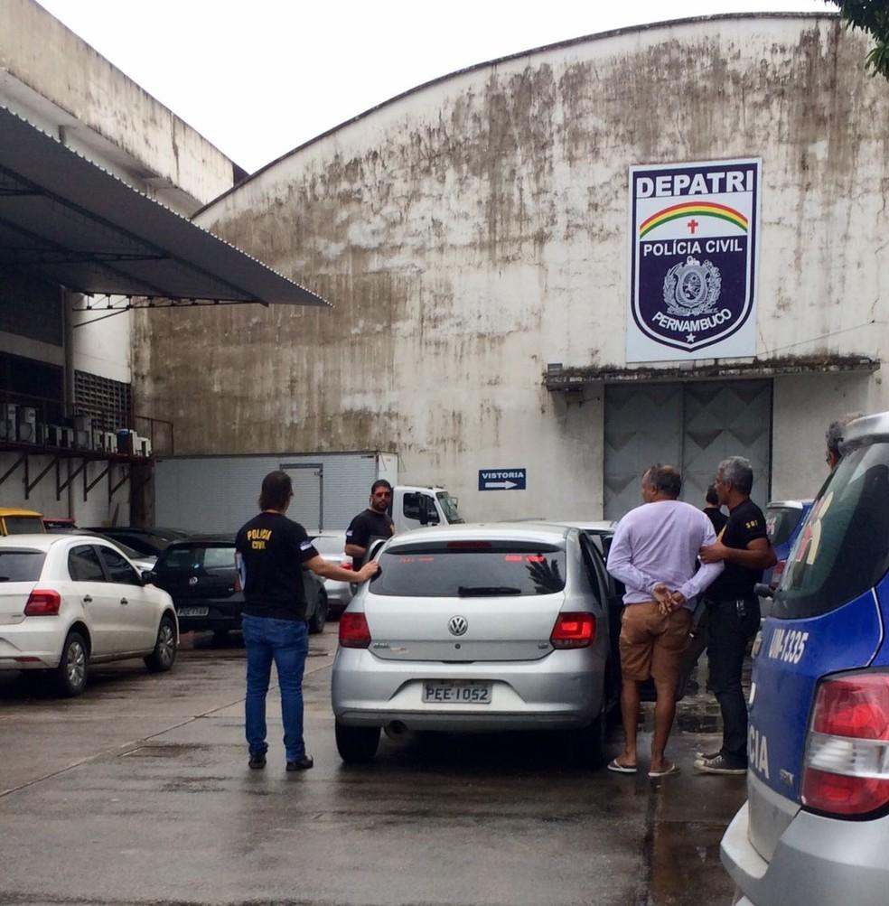 Presos pela ' Operação Comunheiro II' foram levados ao Depatri, no Recife (Foto: Ascom/Polícia Civil de Pernambuco)
