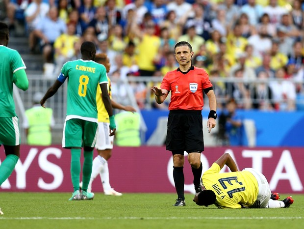 SAMARA, RUSSIA - JUNE 28:  Referee Milorad Mazic  talks with Mbaye Niang of Senegal (L) before booking him after a challenge on Yerry Mina of Colombia (r) during the 2018 FIFA World Cup Russia group H match between Senegal and Colombia at Samara Arena on  (Foto: Getty Images)