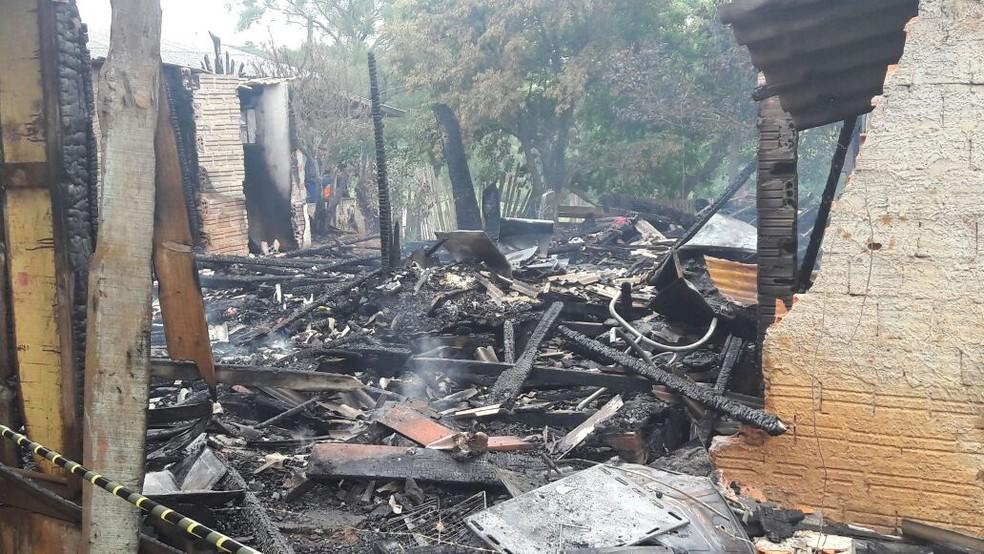 A casa quase toda de madeira foi completamente destruída pelo fogo (Foto:  Jean Favero/Arquivo Pessoal)