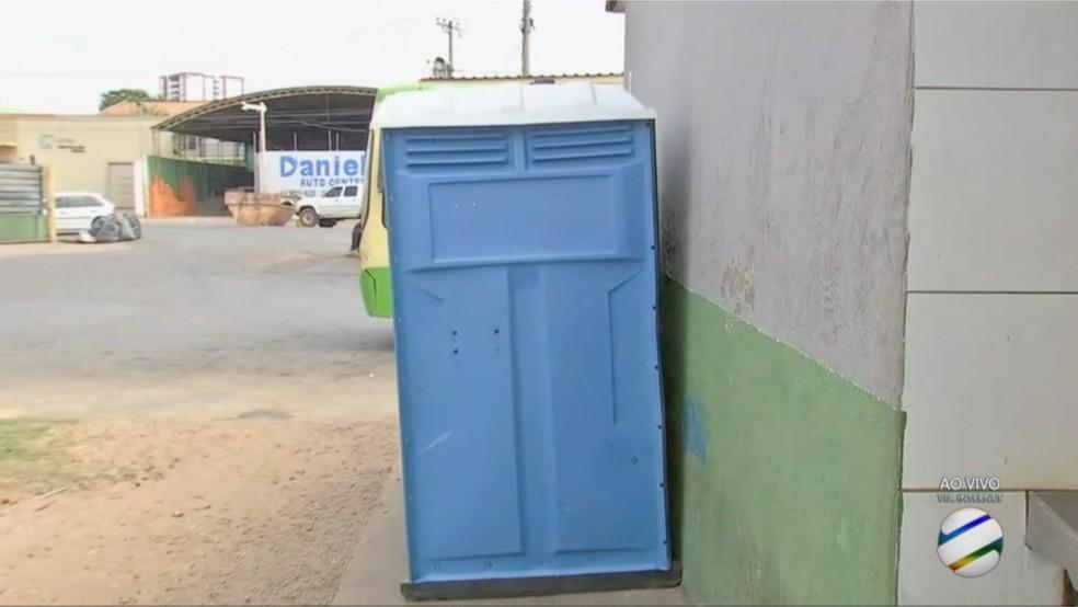 Banheiro químico foi instalado para uso dos passageiros durante a reforma (Foto: TVCA/Reprodução)