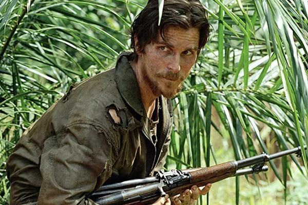 Christian Bale como Dieter Dengler em O Sobrevivente (Foto: Divulgação)
