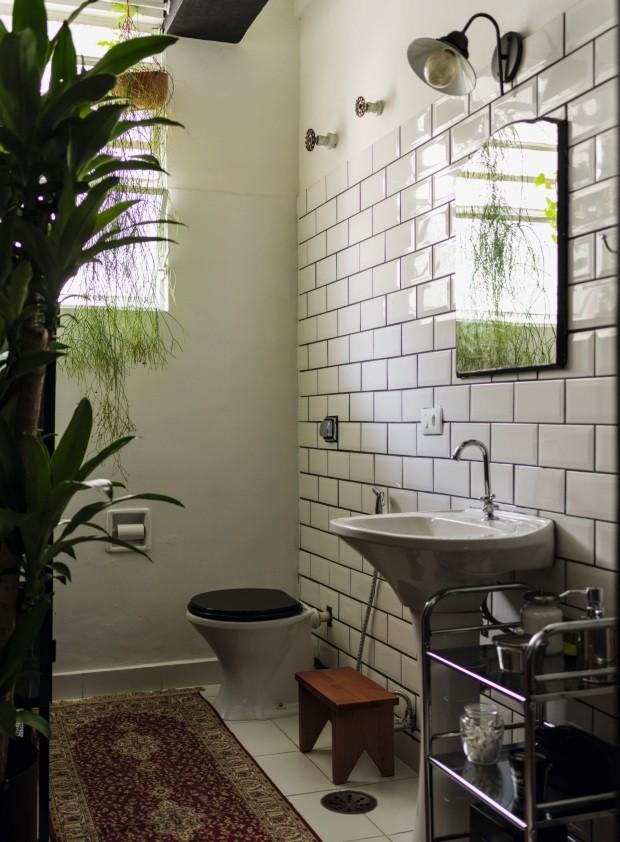 Banheiro. O rejunte escuro destaca o azulejo branco da C&C. Luminária, carrinho lateral e tapete da Leroy Merlin (Foto: Christian Maldonado / Editora Globo)