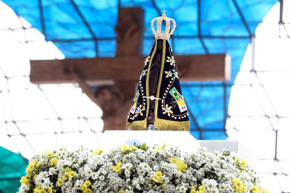 Imagem de Nossa Senhora Aparecida durante missa na Catedral de Brasília — Foto: Toninho Tavares/Agência Brasília