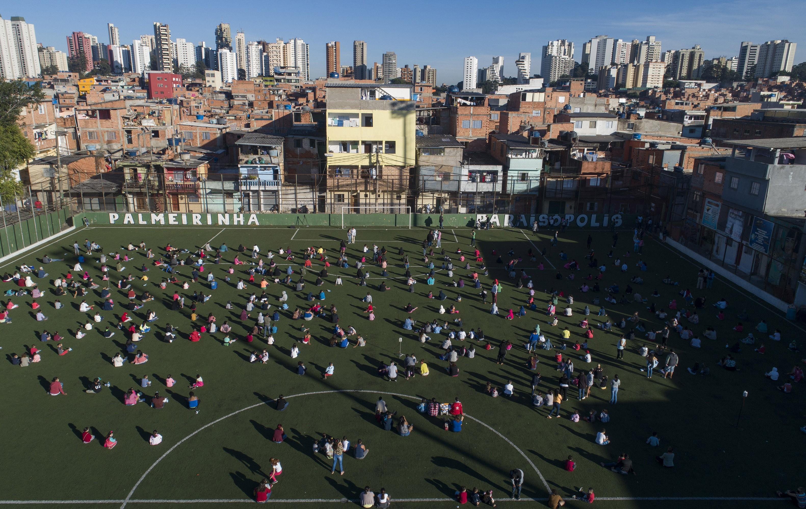 Paraisópolis, na Zona Sul de SP, recebe exposição de renomado fotógrafo internacional com imagens do mundo visto de cima