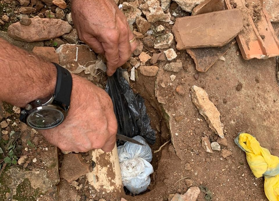 Polícia encontra droga enterrada em quintal de casa e prende dois irmãos, em Guarabira, PB