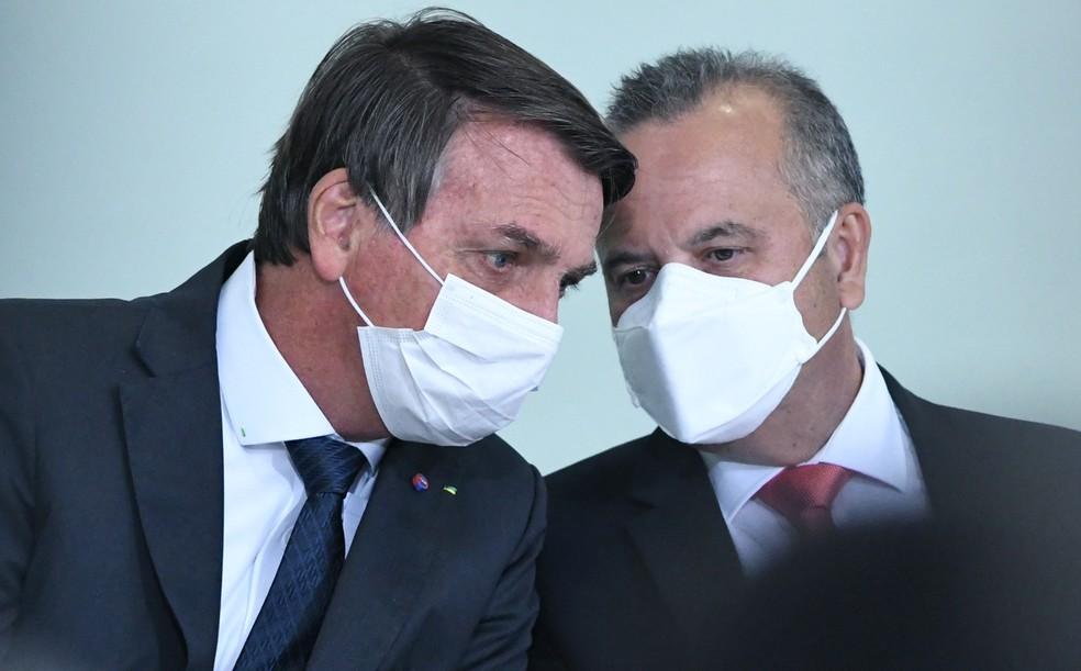 O presidente Bolsonaro e o ministro Rogério Marinho, do Desenvolvimento Regional — Foto: Edu Andrade/Fatopress/Estadão Conteúdo