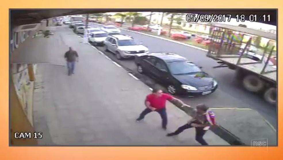 Dono do cão (à esquerda) e suspeito discutiram após agressão (Foto: Reprodução/NSC TV)