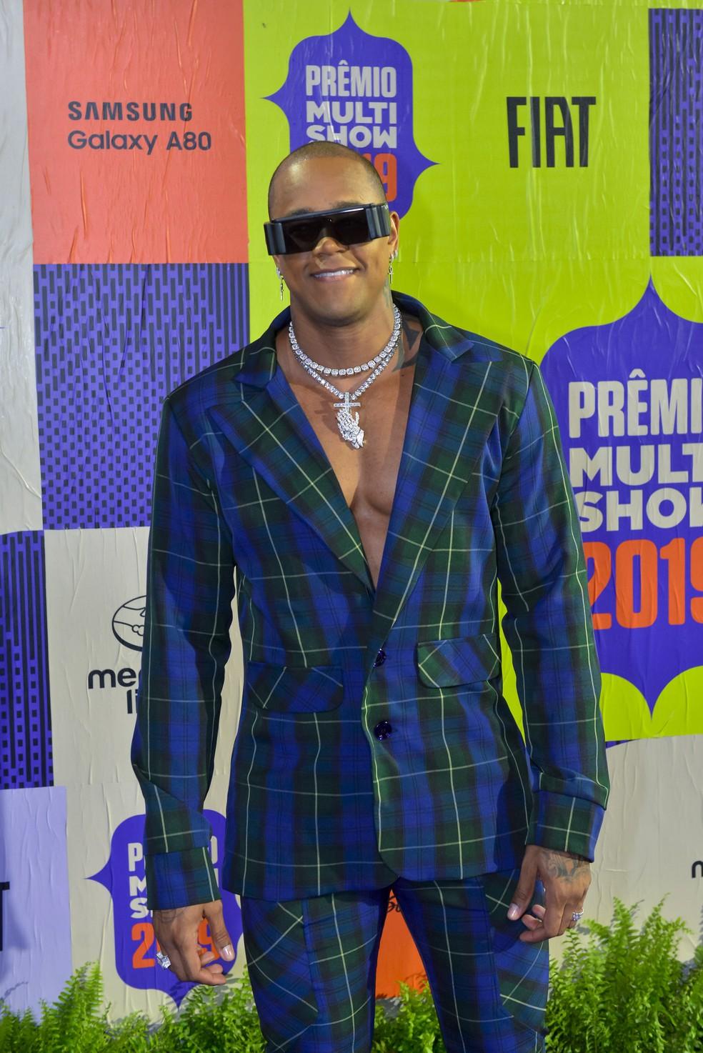 Léo Santana ofuscou com maxi joias e óculos de modelo futurista — Foto: Fabio Cordeiro/Gshow