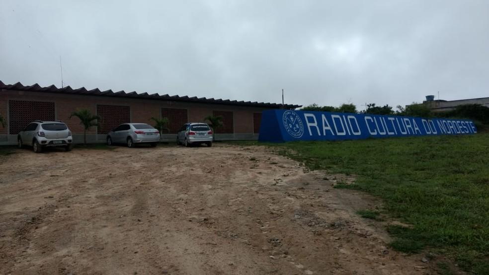 Emissora de rádio de Caruaru foi invadida e criminoso roubou notebooks, celular e televisão (Foto: Anderson Melo/TV Asa Branca)