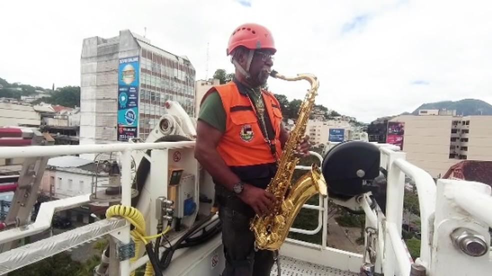 Saxofonista que tocou no topo de escada em Nova Friburgo, RJ, é bombeiro reformado e fez aniversário no dia da homenagem à população — Foto: Divulgação/Corpo de Bombeiros