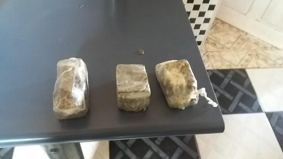 Preso em Castanhal foi flagrado com aproximadamente meio quilo de maconha prensada e munições de calibres 762, 556, .40 e 380 — Foto: Polícia Civil