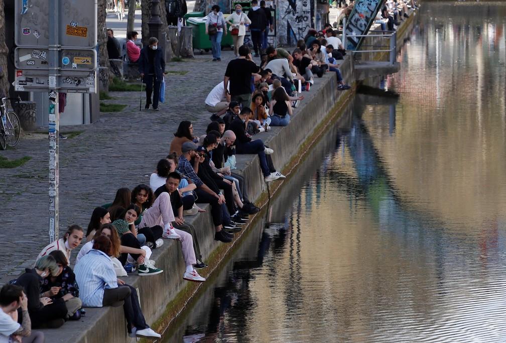 Mesmo com casos de Covid-19 em alta na França, houve aglomerações no Canal Saint-Martin em Paris nesta quinta-feira (31) — Foto: Gonzalo Fuentes/Reuters