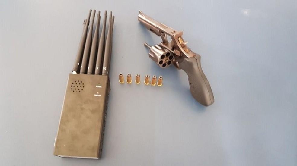 Arma com seis munições intactas e um bloqueador de sinal de localização, conhecido como Jammer, foram apreendidos — Foto: Divulgação/PRF
