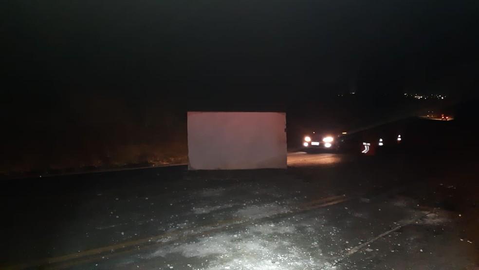 Pedra de mármore interdita pista na Bahia  — Foto: Radar 64