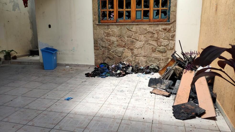 Roupas e objetos da família ficaram destruídos após o incêndio — Foto: Cássio Andrade/TV Diário