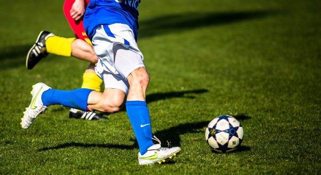 Jogador, futebol, bola, campo de jogo