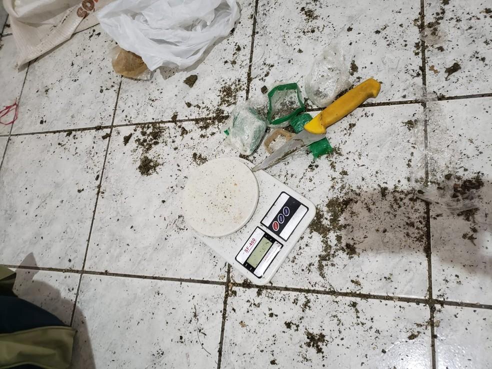 Drogas foram localizadas em uma casa desabitada, em Dracena — Foto: Polícia Militar