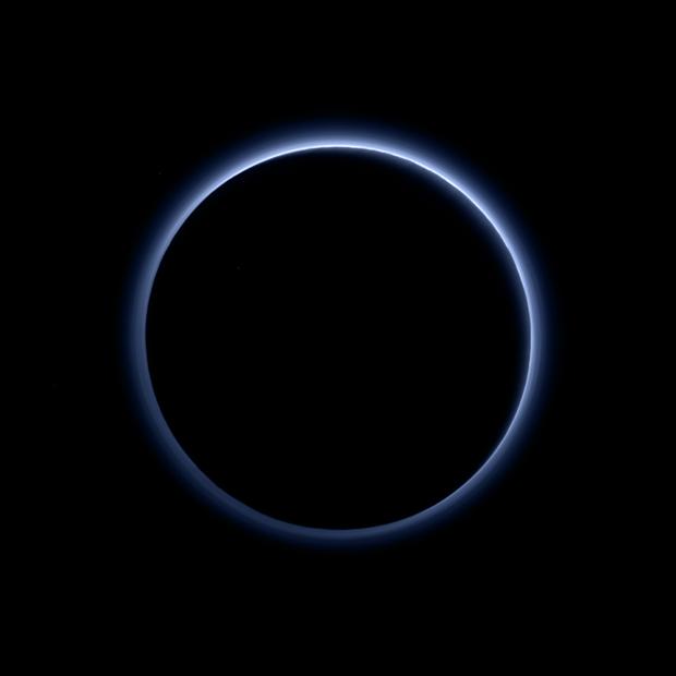 Plutão e sua atmosfera azul (Foto: Divulgação)