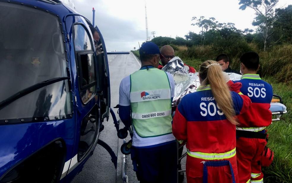 Momento de socorro à vítima de acidente com quatro veículos na BA-093, trecho de Mata de São João, na Bahia â?? Foto: Divulgação/Gaer