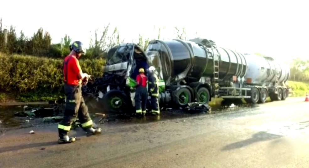 Cabine e o primeiro compartimento de carga do caminhão-tanque ficaram bastante danificados (Foto: Luizinho Andretto / Imagem cedida)