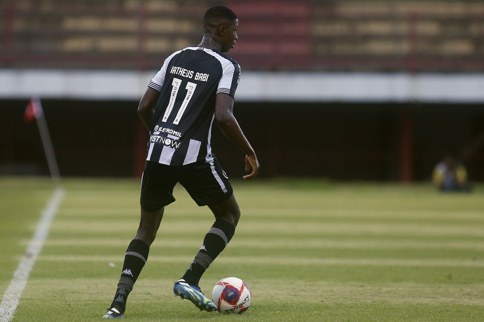 Matheus Babi deve começar jogando pelo Botafogo, domingo, contra a Portuguesa — Foto: Vitor Silva/Botafogo