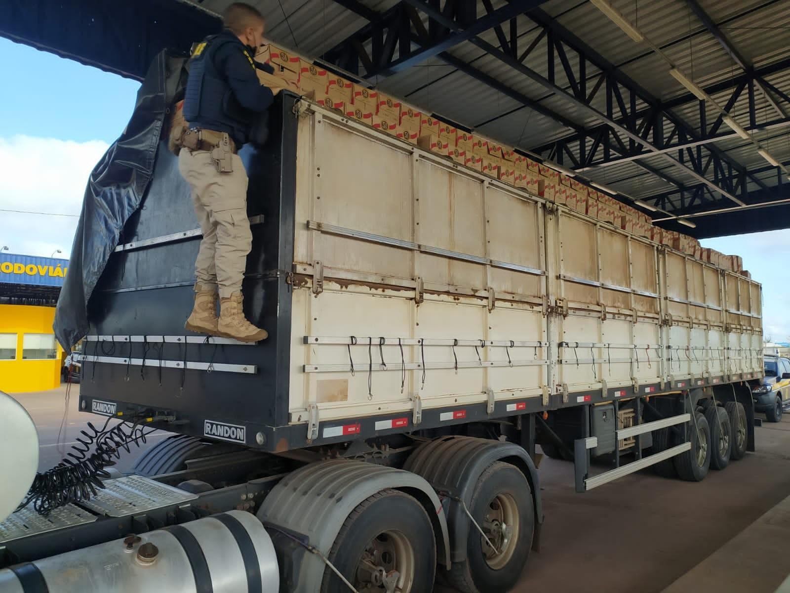 PRF apreende 1,3 mil caixas de garrafas de cachaça sem nota fiscal na BR-210, no Amapá