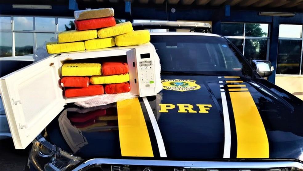 Homem é preso com maconha e cocaína escondidos dentro de micro-ondas em Feira de Santana — Foto: Divulgação / PRF