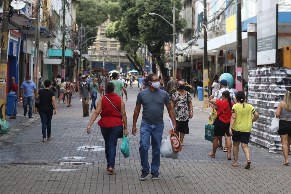 Movimentação foi grande no Centro do Recife nesta segunda-feira (15), com a reabertura do comércio de rua — Foto: Marlon Costa/Pernambuco Press