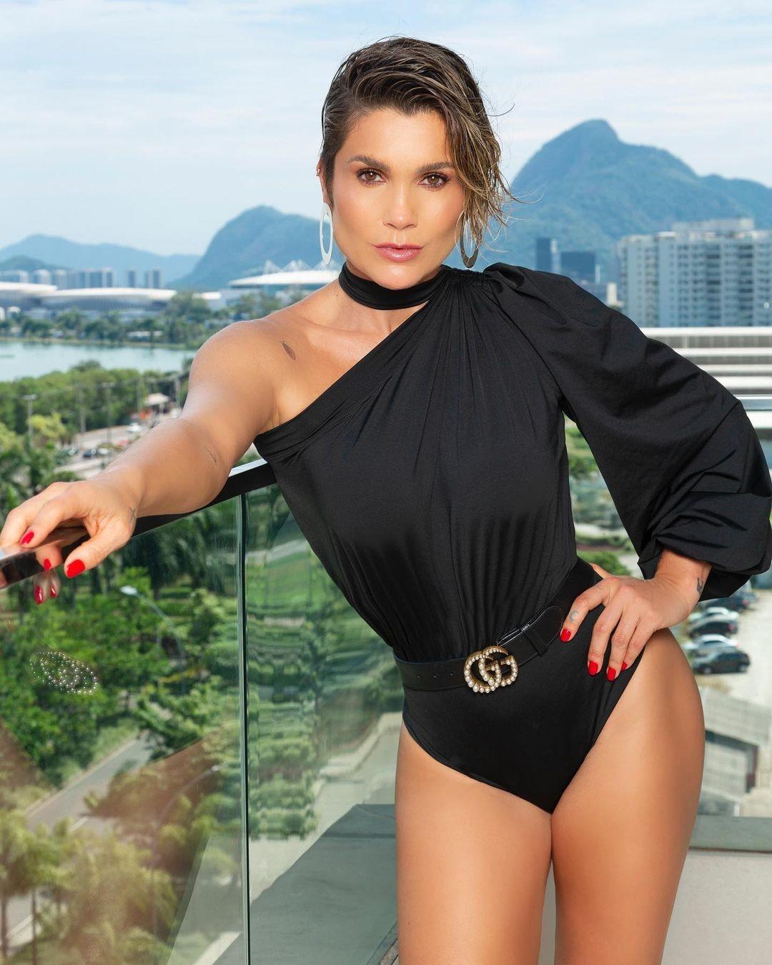 Flávia Alessandra faz ensaio na varanda e fãs comentam que ela parece a Jennifer Lopez (Foto: Reprodução/Instagram)