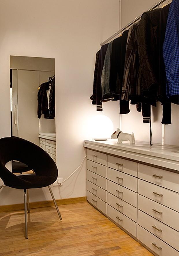 No closet, os gaveteiros colocados junto da parede completaram a bancada aproveitada do antigo escritório. Os tacos de perobinha-rosa foram recuperados. Projeto da arquiteta Tais Mattos (Foto: Edu Castello/Casa e Jardim)