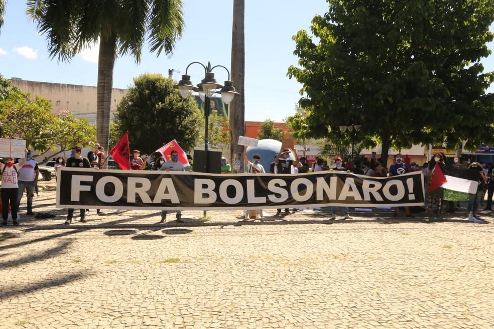 Faixas em Juazeiro do Norte pediam a saída de Jair Bolsonaro da presidência.  — Foto: Nivia Uchoa