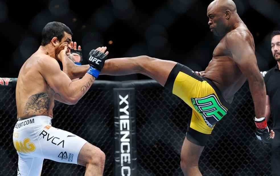Anderson Silva luta com graciosidade, como em um balé, segundo Uriah Hall — Foto: Getty