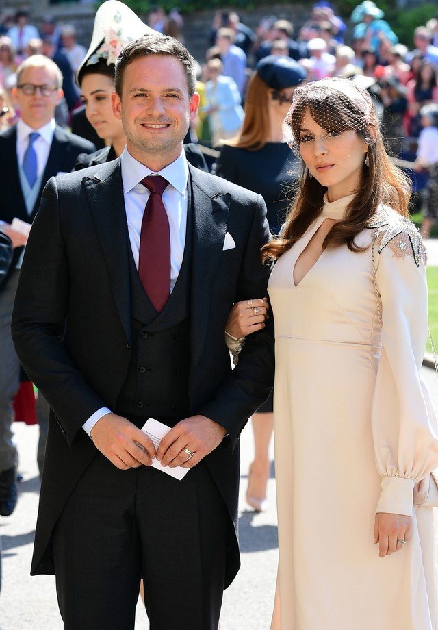 WINDSOR, UNITED KINGDOM - MAY 19:   Actor Patrick J. Adams and wife Troian Bellisario arrive at St George's Chapel at Windsor Castle before the wedding of Prince Harry to Meghan Markle on May 19, 2018 in Windsor, England. (Photo by Ian West - WPA Pool/Get (Foto: Getty Images)