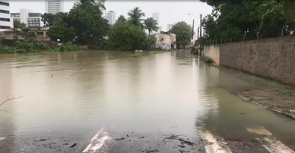 OLINDA, 6h30: Rua Nilson Sabino Pinho, no bairro de Jardim Atlântico, em Olinda, está alagada desde domingo (16) — Foto: Reprodução/TV Globo
