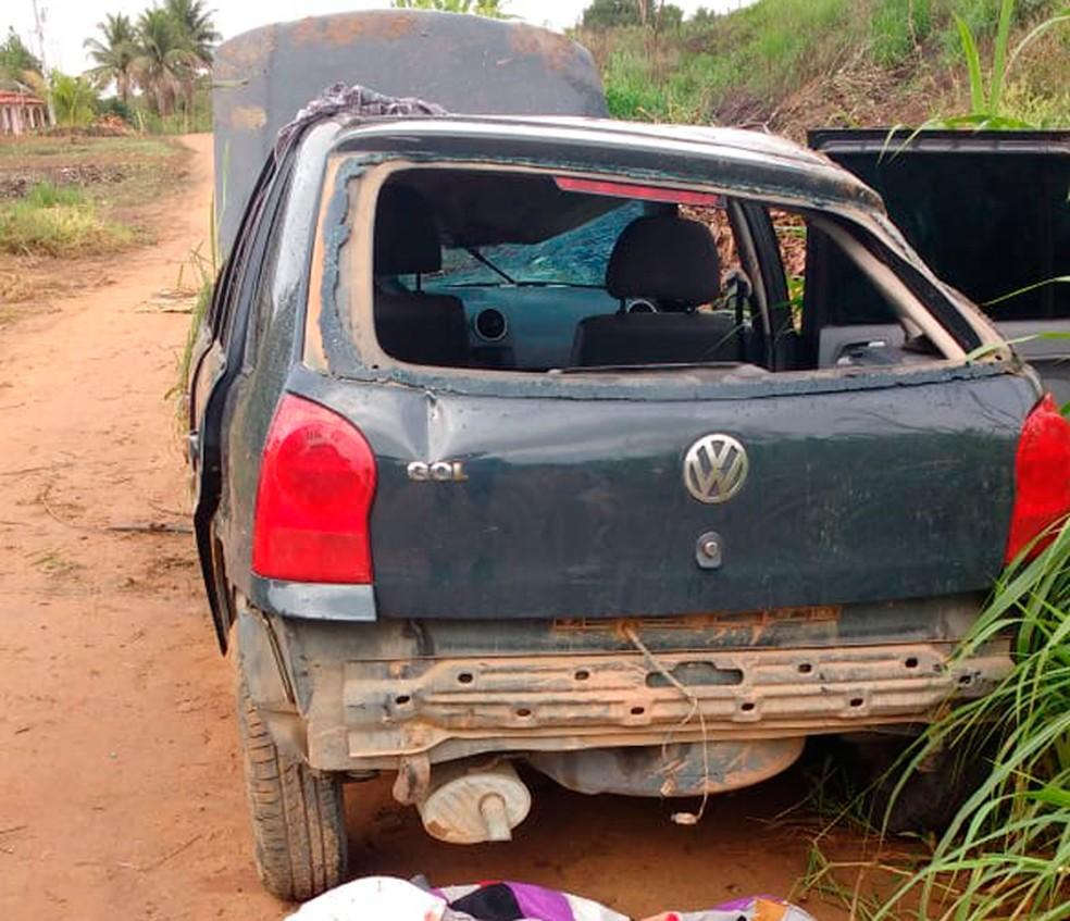 Suspeitos de assalto capotam carro durante fuga e um morre na Bahia (Foto: Fábio Santos/Site do Voz da Bahia)