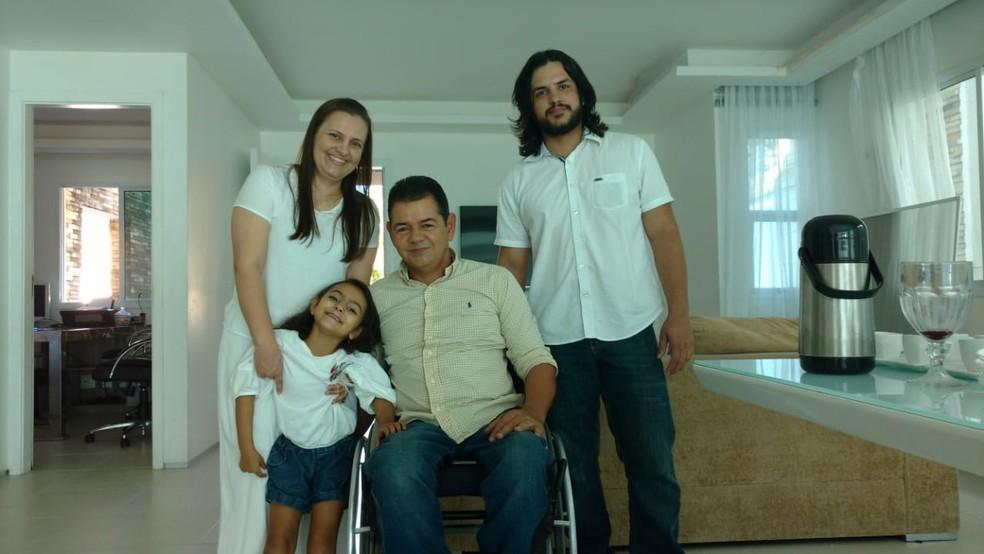 Antônio Cavalcante com a família (Foto: Juscelino Filho)