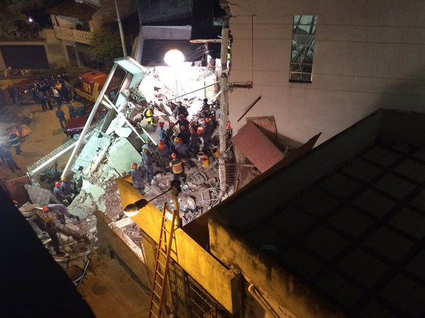 Trabalho dos bombeiros em Diadema seguia à noite (Foto: Glauco Araújo/G1)
