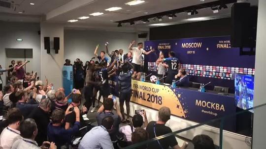 Jogadores da França interrompem coletiva de Deschamps, dão banho no treinador e fazem festa