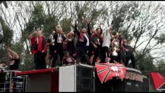 """Tiago Nunes festeja com a torcida do Athletico cantando """"We are the champions""""; veja o vídeo"""