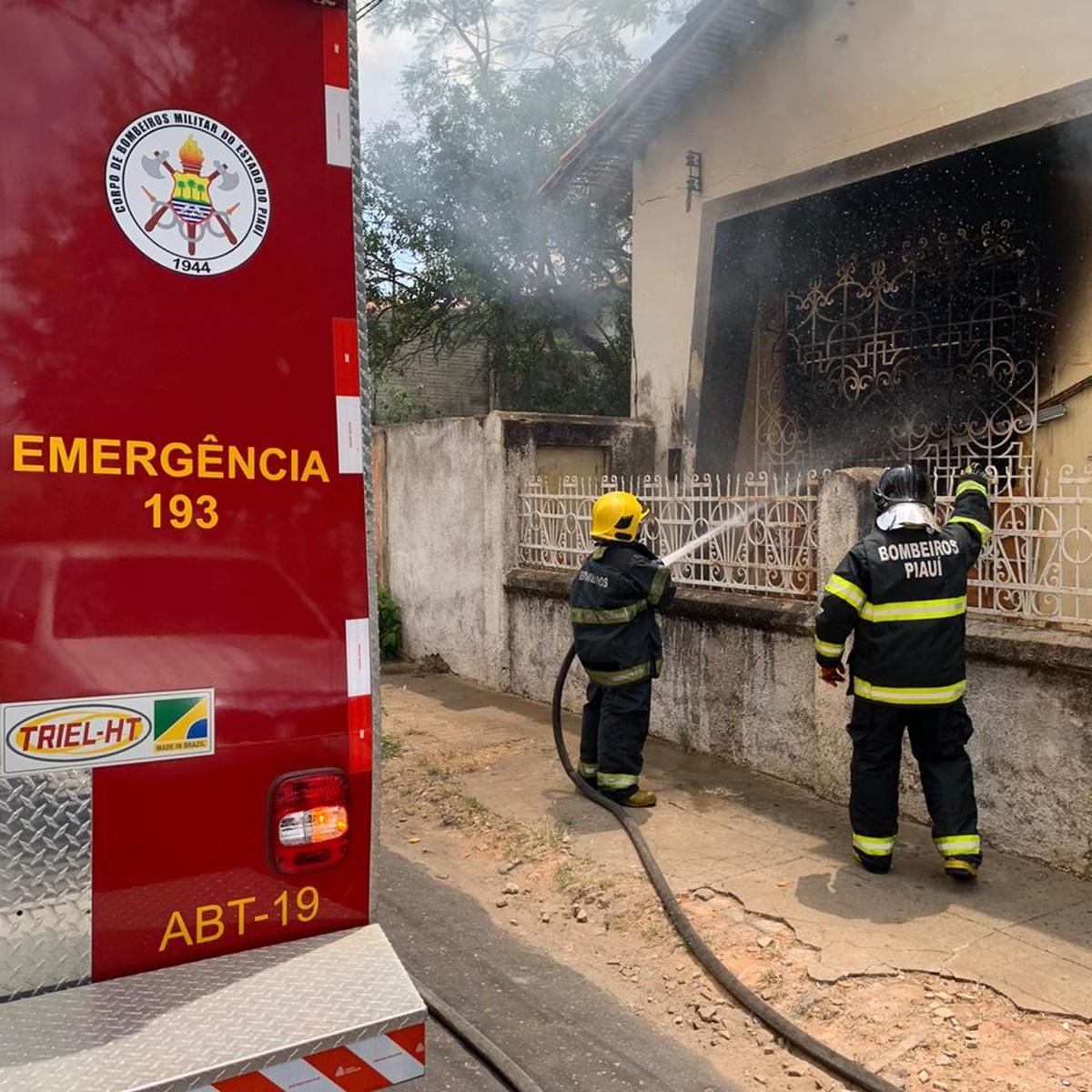 Residência pega fogo no Centro de Teresina e Corpo de Bombeiros é acionado - G1