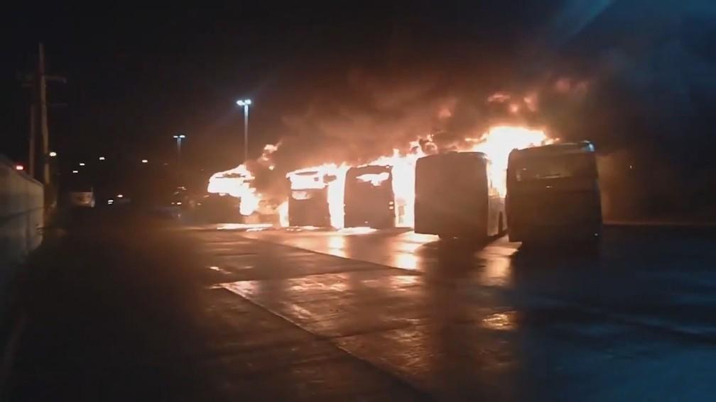 Ônibus do BRT pega fogo no terminal do Fundão, Zona Norte do Rio — Foto: Arquivo pessoal