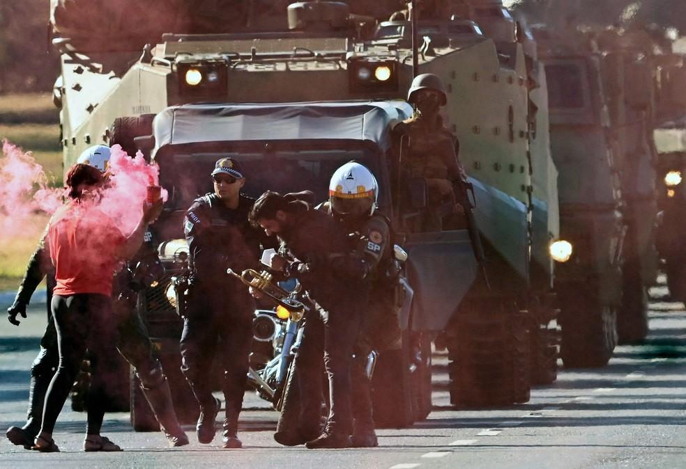 Militares prendem manifestantes que tentavam bloquear desfile de veículos militares em frente ao Palácio do Planalto, em Brasília, em 10 de agosto de 2021 — Foto: Evaristo Sa/AFP