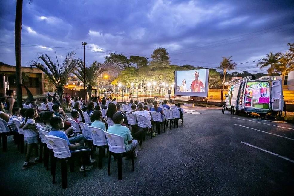 Van transporta cadeiras, que são disponibilizadas ao público nos locais de exibição — Foto: Divulgação
